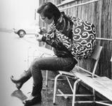 jeune homme portant un furoshiki avec motif de Karakusa.